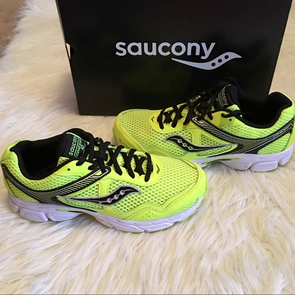 Boys Brand New Saucony Cohesion 10 Shoes NWT